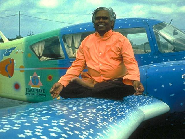 Szvámí Visnu-dévánanda Béke repülőgépén