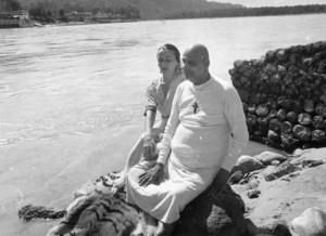 Gurudév Szvámí Sivánanda tanítványával Szvámí Rádhával