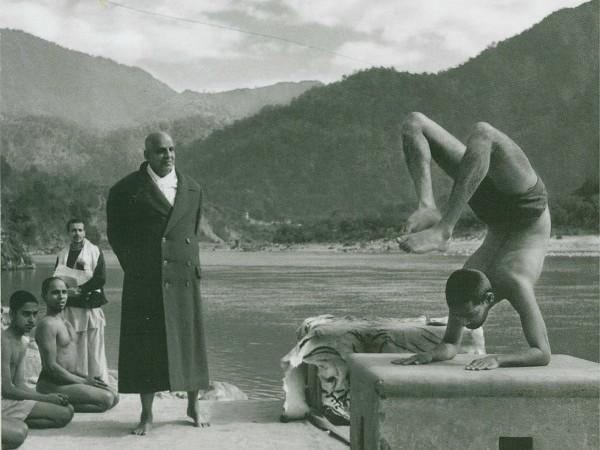 jóga és egészségkultúra - Sivánanda jógi tanítványaival. A képen Szvámí Visnu-dévánanda skorpió pózban.