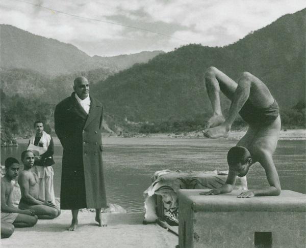 Sivánanda jógi tanítványaival. A képen Szvámí Visnu-dévánanda skorpió pózban.